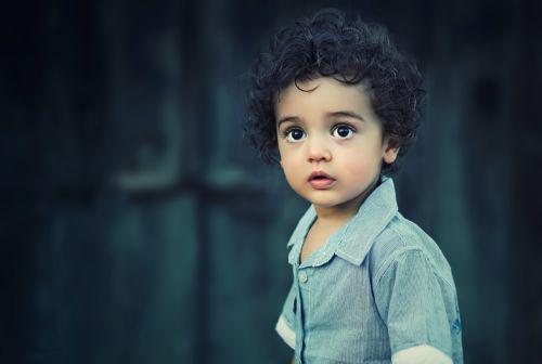 Kleiner Junge mit großen Augen